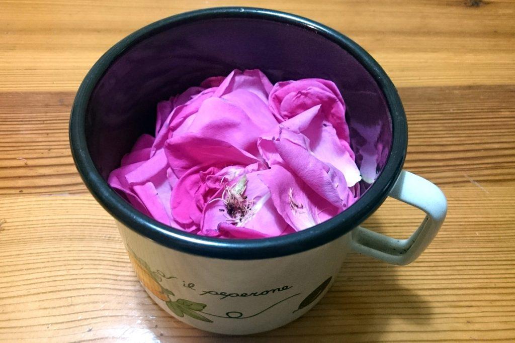 lonček cvetni listi vrtnic domača rožna voda kako narediti