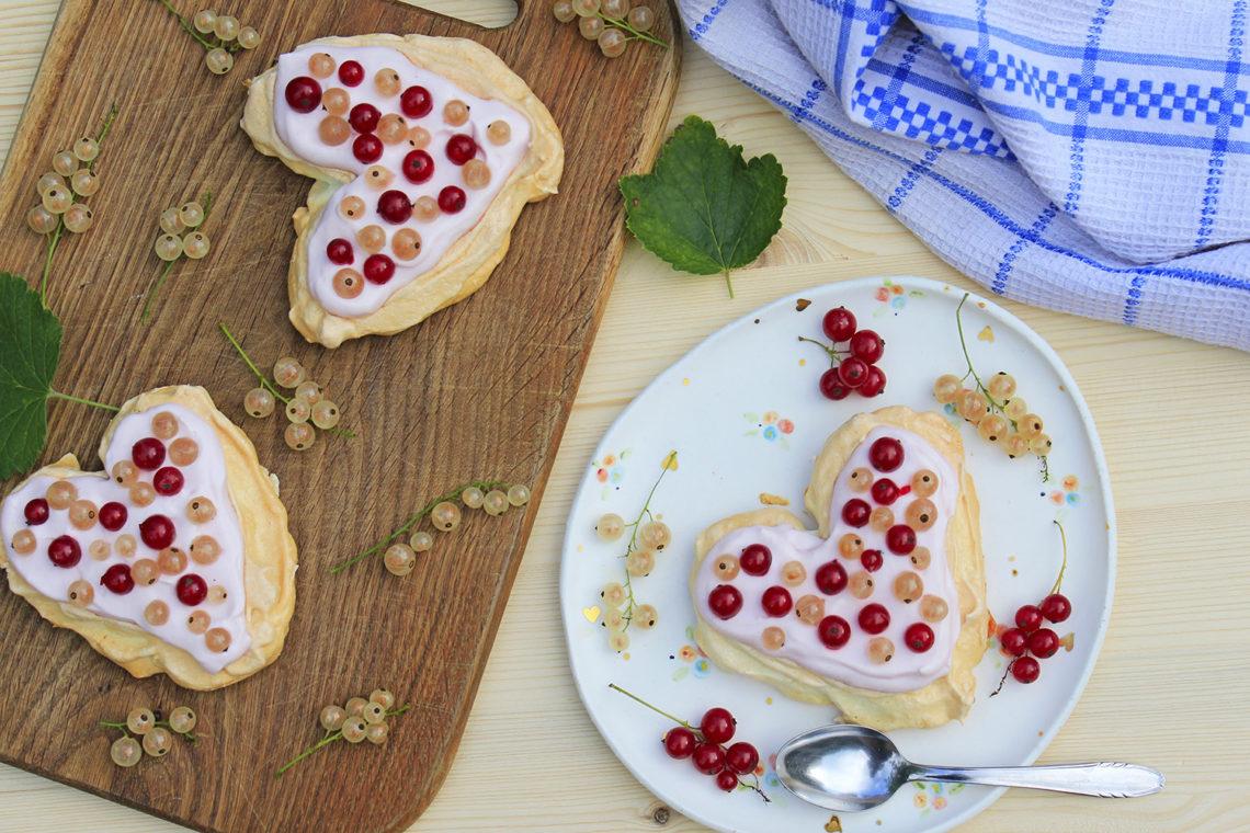 Srčkana pavlova torta z ribezom