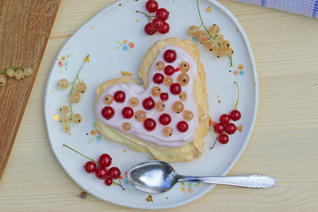 pavlova torta iz beljakov smetana beljak ribez jagodičevje poletna sladica brez glutena