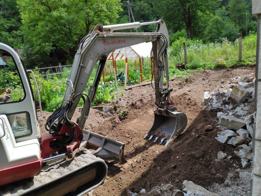 bager-rušenje-betona-izkop-hiše-objekta-starejšega-prenova-doma-hiše