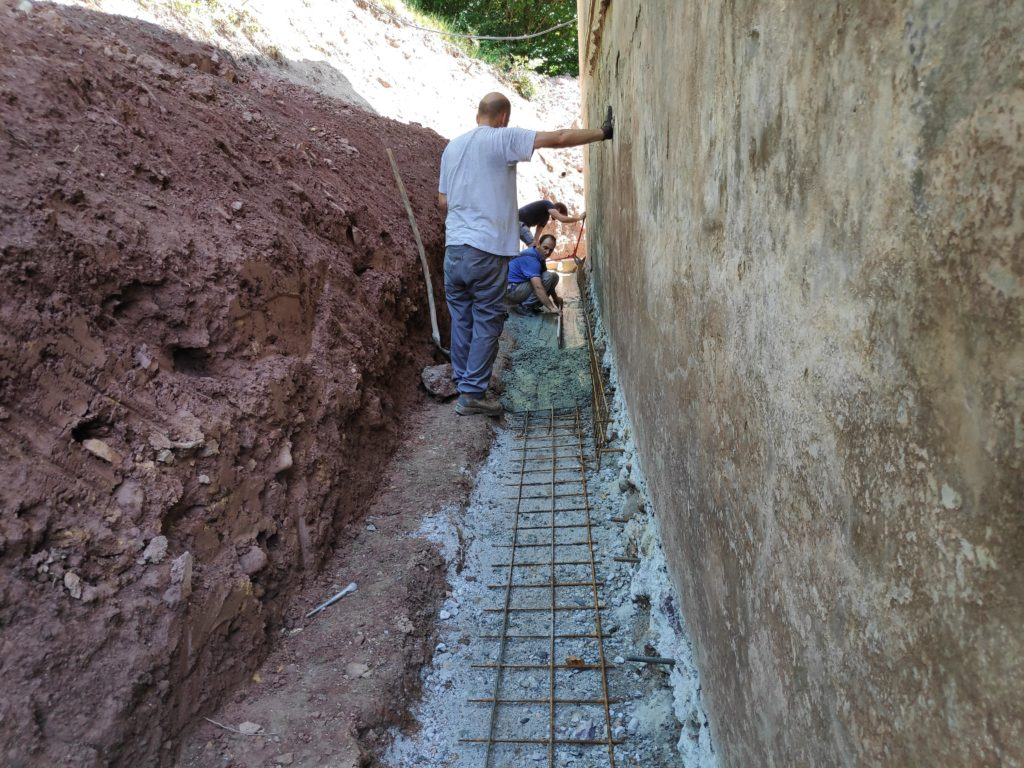 betoniranje obzidava temelja armaturna mreža železo beton sanacija prenova doma starejse hise